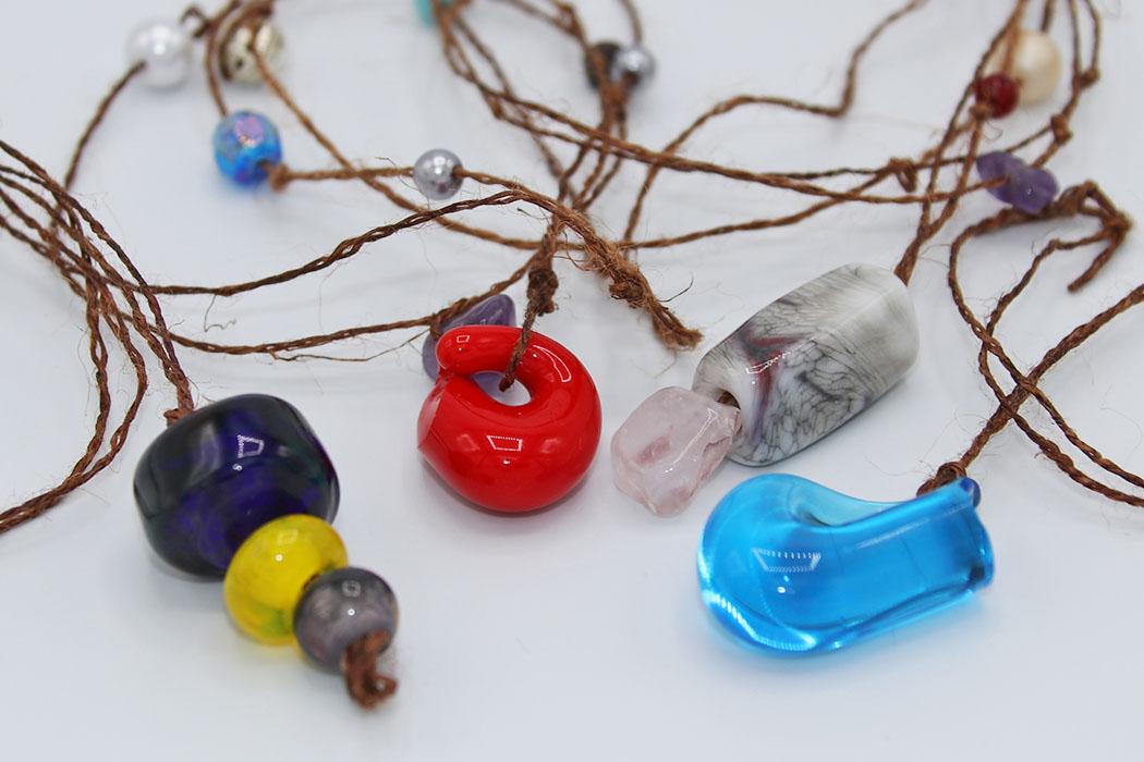 ガラス玉で作られたネックレスの写真