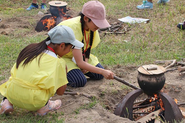土器で炊飯する子供たちの様子