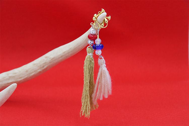 ガラス玉やビーズ、染色した糸を使ったイヤリングの写真