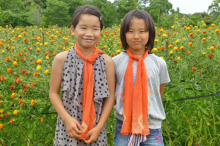 ベニバナで染色したスカーフを巻いた子供たちの写真