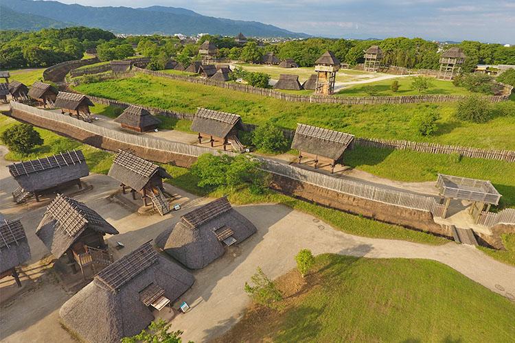 高床倉庫や物見櫓が並ぶ園内の倉と市と南内郭の空撮