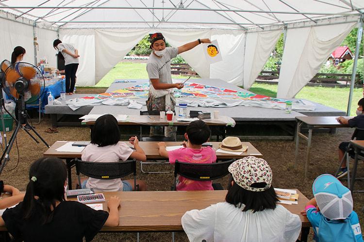 ミヤザキケンスケさんが絵の具の使い方を絵を描いて説明