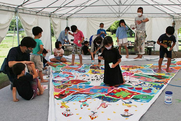 たくさんの子供たちが絵を描いたテント