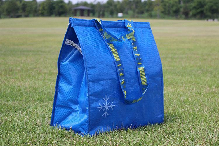 大容量の青色のクーラーバッグ