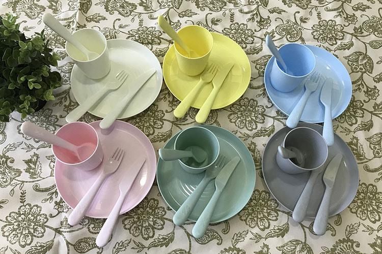 6色あるカップとソーサーとカトラリーセット