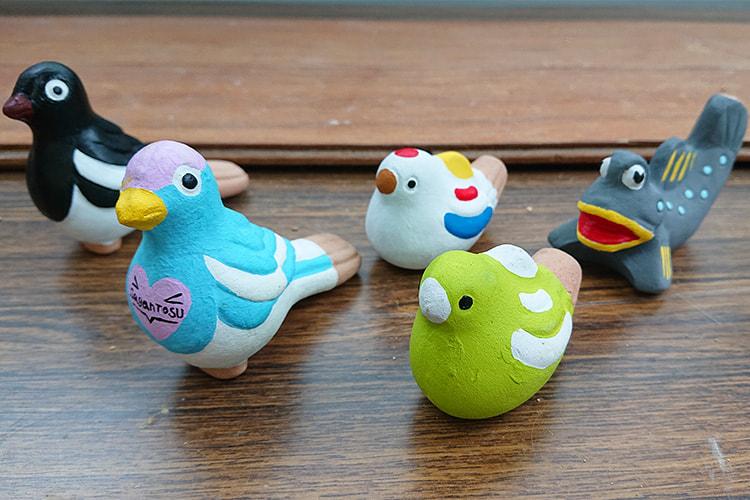尾崎人形のカチガラス、ムツゴロウ、サガン鳥栖のマスコットなど5つの人形が並んでいる