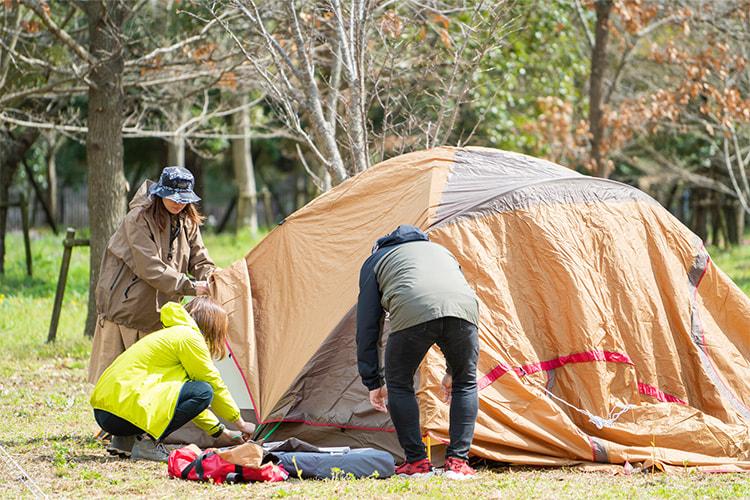 テントを張る参加者