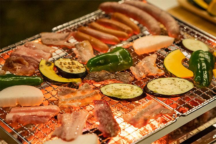 佐賀牛やソーセージ、地元野菜でのバーベキューの写真